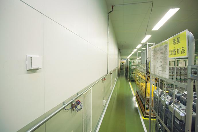 検定検査室の温湿度を適正に保つ制御を行うデジタル指示調節計 SDCシリーズと検定検査室内に設置された室内形温度/湿度センサ ネオセンサ。