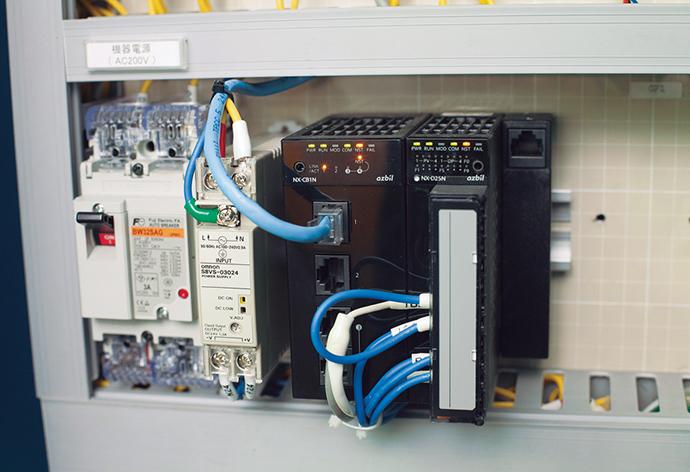 エネルギー消費状況を把握するために設置された電力計、ガスメーター、温湿度センサ、エア流量計からデータを収集するコントローラ、計装ネットワークモジュール NX。