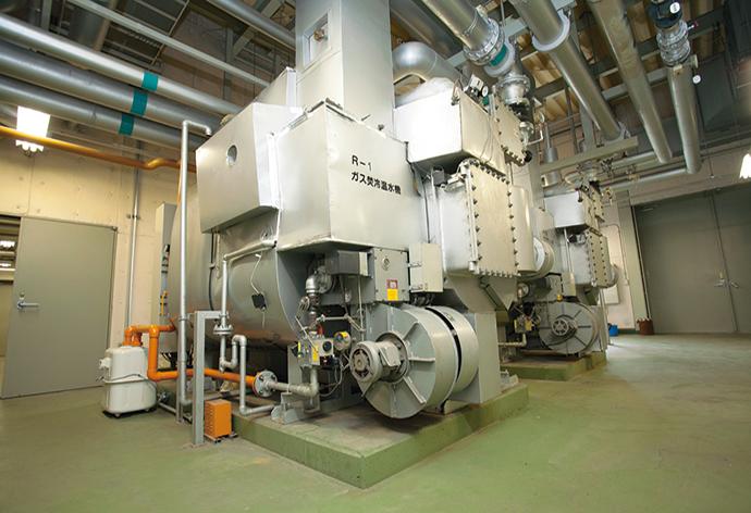 ス焚冷温水発生器にアズビル金門製の大型ガスメーターを設置し、ガスの使用量を計測する。