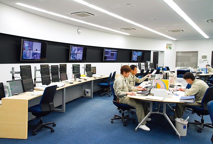 運用を開始した統合計器室。今まで分散で管理されていた各現場の情報を集中管理する。各現場担当者同士も情報を共有し効率的な管理業務を実現している。