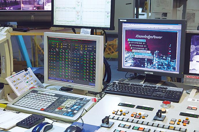 運転室に設置されたAdvanced-PS APS5000とKnowledge Power。加熱炉の操業監視・制御、およびプロセスの自動実行を支援している。