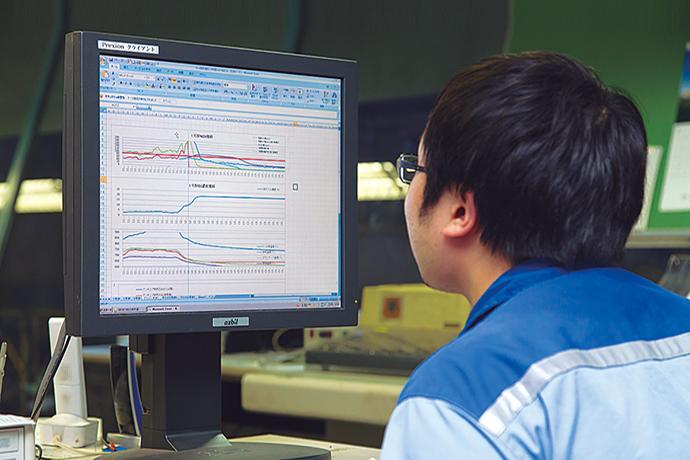 運転室にあるPREXION。操炉データの長期にわたる蓄積が可能となっており、様々な角度からのデータ分析を行うことで運転の改善を図るとともに、設備トラブルの原因究明にも役立てている。同じ端末が整備、技術などの部門にも設置されており、逐次、操炉の様子を確認することができる。