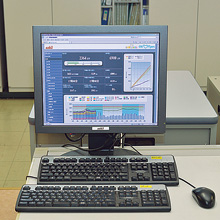 原動管理センターに設置されたENEOPTpers。部署や部門ごとの電力消費動向をグラフィカルな画面上で把握できる。