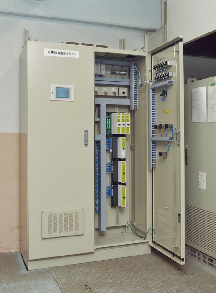 プラント内に設置された地震制御盤。3重化CPUを備えるなど、信頼性を追求している。3台中2台のセンサが設定値を超えた場合、プラントを緊急停止させる信号が発信される。