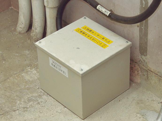 プラント内に分散して設置しているインテリジェント地震センサ SES60(箱内)。3システム設置のため、合計9台のセンサが稼働中。