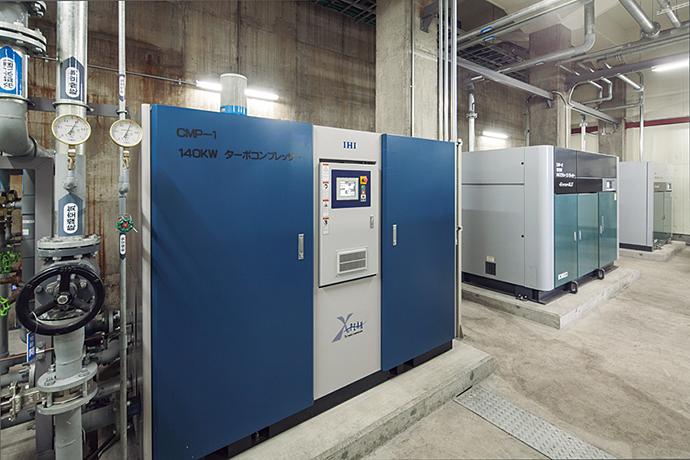 今回導入された工場系統用コンプレッサ。ターボコンプレッサ(140kW)、インバータスクリューコンプレッサ(160kW)、定速スクリューコンプレッサ(100kW)がそれぞれ1台、計3台となる。