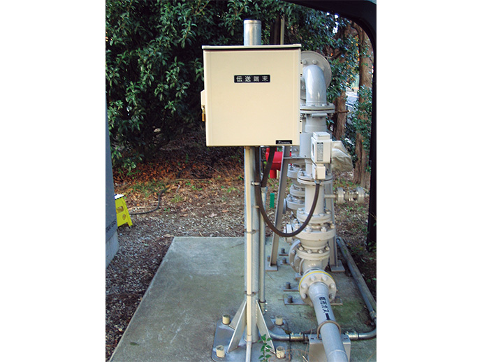 ラント内に分散して設置しているインテリジェント地震センサ SES60(箱内)。3システム設置のため、合計9台のセンサが稼働中。