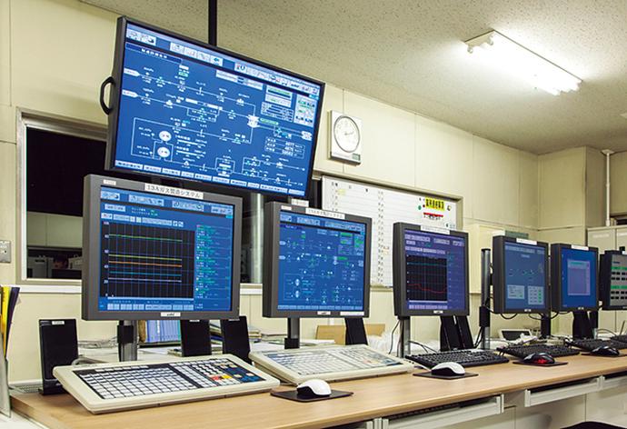 DCS更新に合わせて、ガス製造システム、遠隔監視システム、ガス圧力制御システムを1カ所で統合的に監視できる環境を整備するとともに、52型の大型モニタを導入することで画面の前にいなくても運転状況を確認することができるようになった。