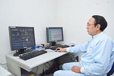 中央監視室に設置されたHarmonas(左)とEneSCOPE。Harmonasが製造ラインの機器の状態を監視し、EneSCOPEが電力使用量などの監視を行っている。
