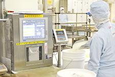 スーパー管理食の指示に従い、該当する原材料の計量を行う。計量が済むとラベルが印刷され、そのラベルに印刷されたバーコードを読み取ることで後工程の処理が続けられる。