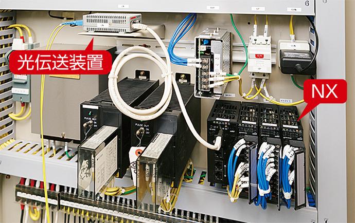 和田高区配水池に設置されている計装盤内。NXが光伝送装置を介して庁舎電算室にあるゲートウェイのDGPL IIにつながれ、中央監視システムに計測データを送っている。
