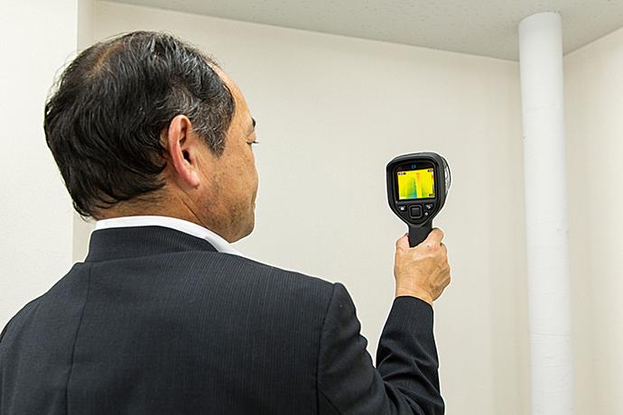 FLIR E4/E5/E6/E8。軽量・小型で操作が簡単なハンディータイプのサーモグラフィ。熱画像の温度分布表示により、対象物の温度分布を視覚的に見ることができ、温度異常を特定できる。