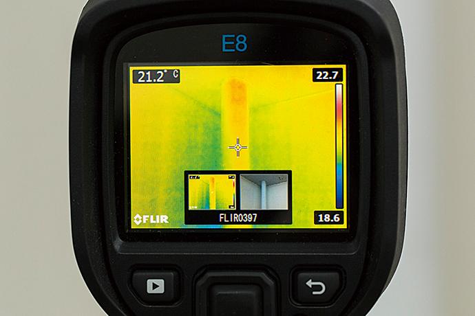 FLIRを用いてビル内の暖房用配管の温度状況を確認している。