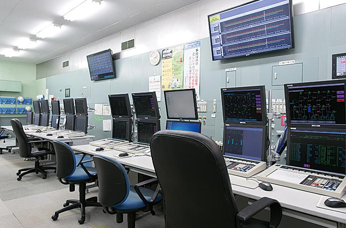 二つのアノン製造プラントの監視を一つの計器室で監視・運用する統合計器室。