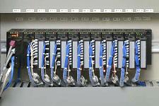 第一配湯所に設置された計装盤内にはインバータ制御に用いられる計装ネットワークモジュールNX、デジタル指示調節計SDCシリーズが組み込まれている。