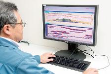 運転支援システムの画面は本社のオフィスでも閲覧できる。各部門や経営層がそれぞれの職掌の視点から運転状況の確認ができるようになっている。右)