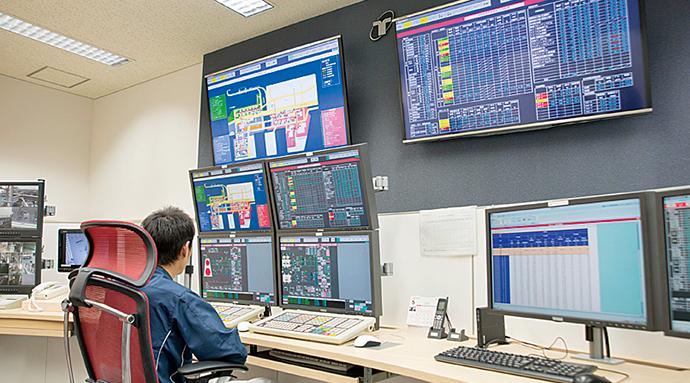 有明南プラントの中央監視室の様子。台場、青海南、有明南の各プラントでは、他プラントの中央監視の画面を参照できるようにした。これにより他プラントで発生したトラブル対処にかかわる情報も共有できる。また、運転支援画面には、現在1GJ(ギガジュール)の熱生産に要している電気、ガスの消費にかかわるエネルギー料金の概算を「××円」の形で画面表示する、というユニークな仕組みも実装されている。