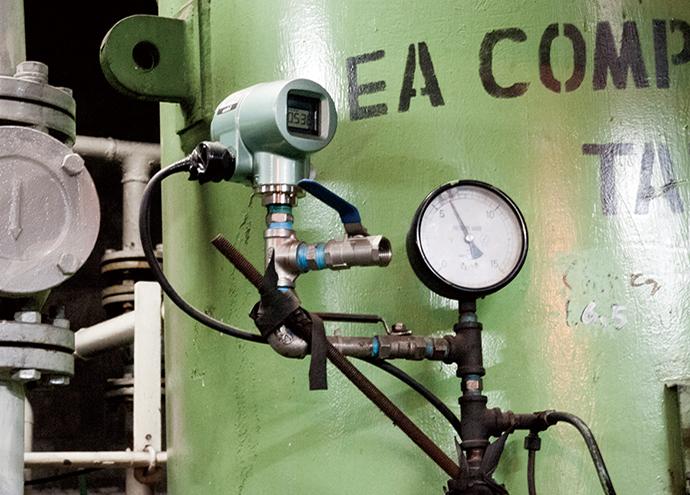 コンプレッサでつくられた圧縮空気は一時的にエアーサージタンクにためられる。圧力センサ Bravolight™(ブラボーライト)でタンク内の圧力を計測し、製造ライン側の需要量に応じてコンプレッサの台数制御を行う。