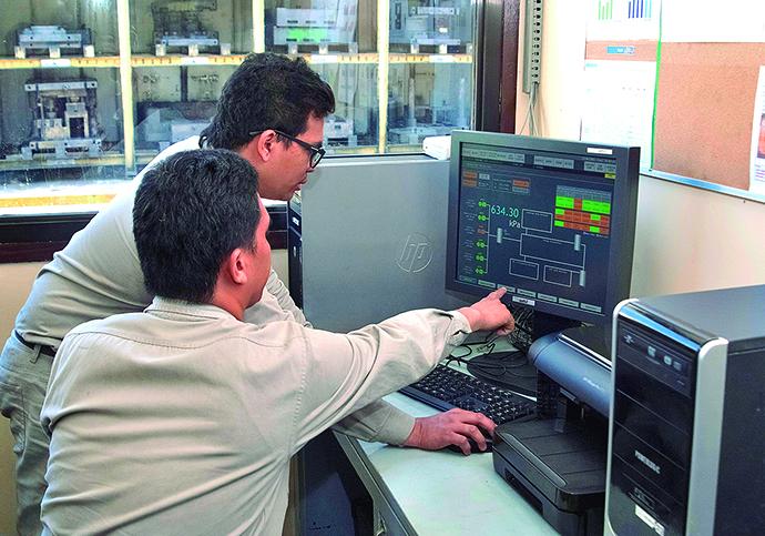 中央監視室に設置されたHarmonas-DEO。コンプレッサから製造現場に供給されるエアの消費量、圧力などの監視とそれに基づく機器の台数制御を行っている。