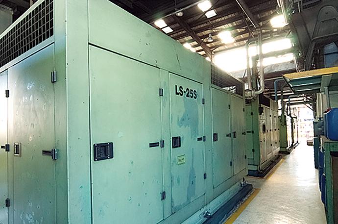動力室には計6台のコンプレッサが設置されており、これら機器についてHarmonas-DEOによる台数制御が行われている。ENEOPTcomp導入前はこの動力室まで作業員が出向き手動でコンプレッサを稼働させていた。