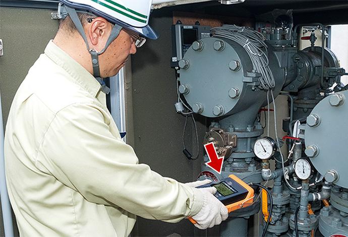 工場から高圧力で送出された都市ガスを家庭用の供給圧力に変換し、需要家に供給するための設備であるガバナ(整圧器)での検査作業にもワイドレンジ圧力計が活躍。持ち運びに便利なコンパクトな筐体、多様な現場でも視認性の高いバックライトの装備など、使い勝手の良い設計となっている。