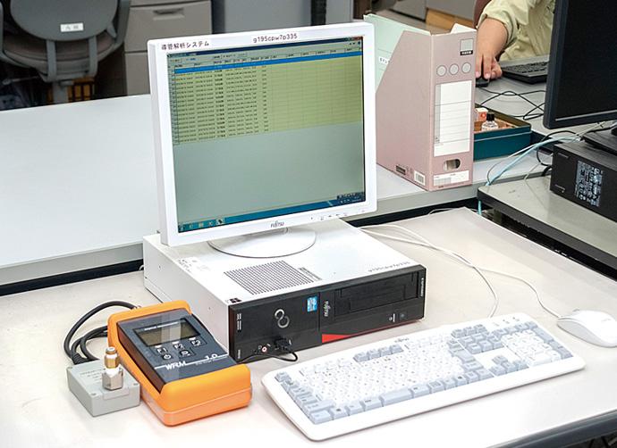 ワイドレンジ圧力計には、圧力計に蓄積されたログデータをパソコンに取り込み、各種レポーティングを支援するソフトウェアが付属。工事にかかわるデータの管理や圧力変化の検証など、幅広く役立てられている。
