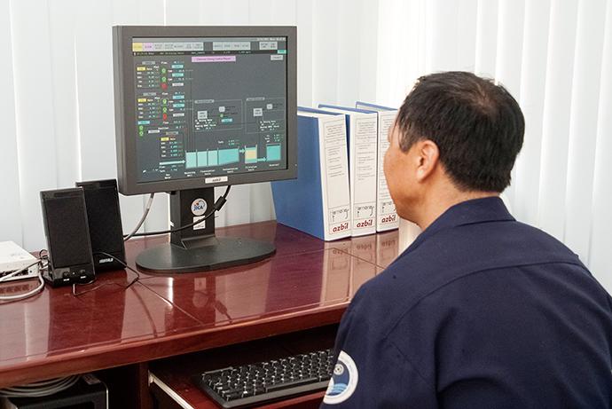 中央監視室に設置されたHarmonas-DEO。着水井(ちゃくすいせい)で受け入れる水の流量や濁度などの状態を監視し、薬品注入用ポンプの回転数やコントロールバルブの開閉を制御している。