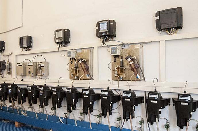 分析計は、導管から引いた水を分析して薬品注入濃度、濁度、水質を決定し、そのデータをHarmonas-DEOに送信、これに基づきHarmonas-DEOは制御を行う。