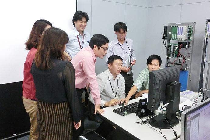 フエ省水道公社から派遣された3人の技術者に対し、アズビルの藤沢テクノセンターでトレーニングが行われた。