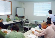 年2回開催されている定期報告会では関係者が全員集まり、システムに蓄積された保全履歴データの解析結果について討議しつつ、今後の保全計画への反映などを進めている。
