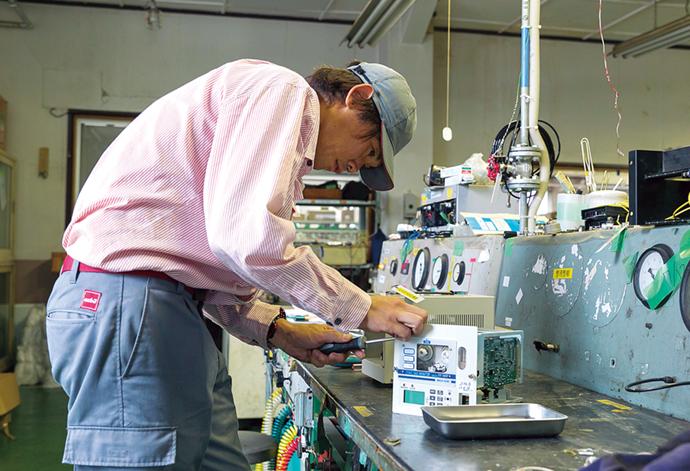 保全作業の様子。ウレタンの製造現場のガス検知器を引き取り点検・修理しているところ。