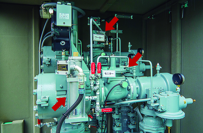 本社に設置された遠隔監視/遮断システム。画面上には32カ所の地区ガバナと6カ所の地震センサの状態に加え、ガス圧力、ガス漏れ発生の有無などが併せて表示される(左)。また、執務室内には大型ディスプレイも設置されており、有事の際には、大型ディスプレイに表示される情報と併せて、あらかじめ用意されているホワイトボードで刻々と変わる状況を記録し、災害および保安点検状況を社員が共有できる形となっている(右)。