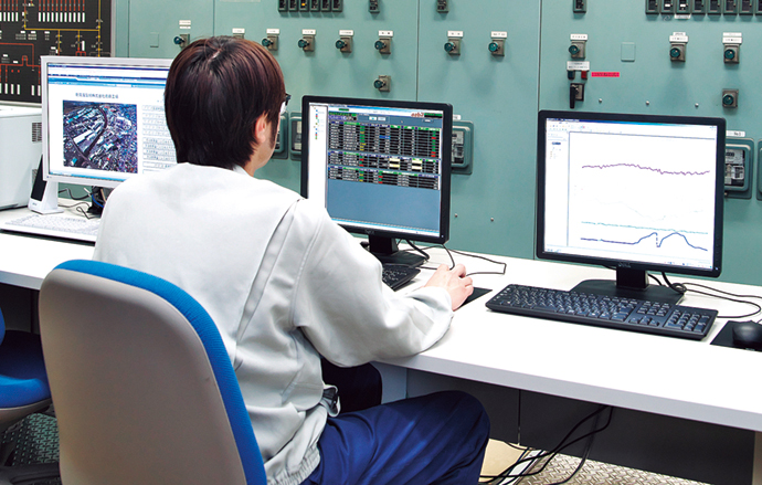 計器室に設置されたSORTiA-MPC(中央、右)とsavic-netTMFX(左)。SORTiA-MPCでは、4基ある発電設備の運転最適化を行っている。また、savic-net FXは、アズビルのセンターと接続して運転データを蓄積し、運転状況を可視化することができる。