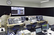 新設されたE系内の管制室。オペレータの監視、操作のしやすさを十分に考慮し、限られた空間を最大限に活かす形で機器の設置、動線設計が行われている。また、管制室に設置された協調オートメーション・システム Harmonas™と70インチの大型モニタを通して、管制室内にいるチームメンバー全員が現在の生産設備の状況をスムーズに共有する。