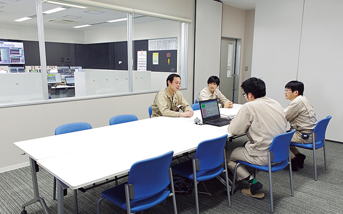 管制室に併設されたミーティングスペース。このスペースからはガラスの仕切りを通して管制室の状況が見渡せるようになっている。お客さまなどが管制室を見学するためのスペースとしても活用される。
