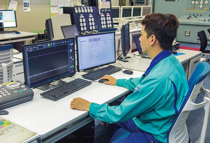 集中監視室に設置されたBiG EYESの端末。各監視ポイントの状態を確認するトレンド監視ビューア(左)では、計測値がいつもと違う動きをした際には直感的に状況を判断することができる。設備の監視対象となる計測点を設定し、モデル作成を行うコンフィギュレータ画面(右)。