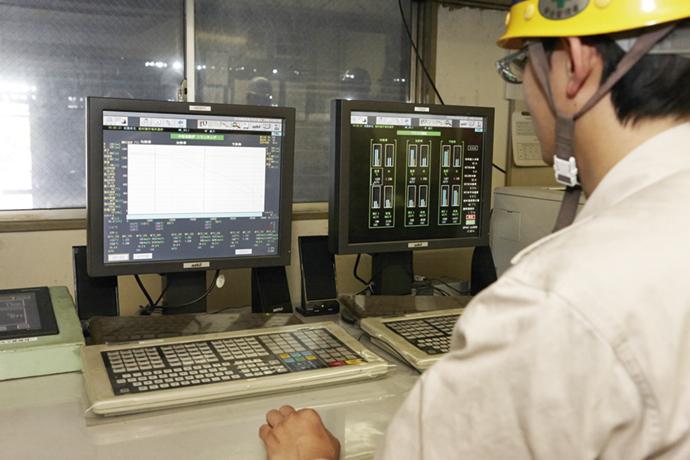 金属加工に用いる圧延機。圧延ロールの組替え時に鋼材の温度を上げ過ぎず下げ過ぎない制御を行い、省エネルギーを実現している。
