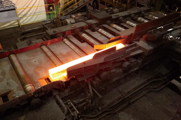 管理室に設置されたSORTiA-MPC。加熱炉内の最適温度をシミュレーションし、コントロールしている。オペレータはさらに生産に注力できるようになった。