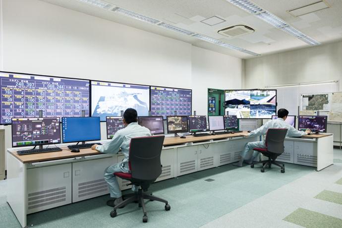 忌部浄水場内にある中央監視室。市内250施設・約4400台の機器の状態を遠隔で一元監視している。