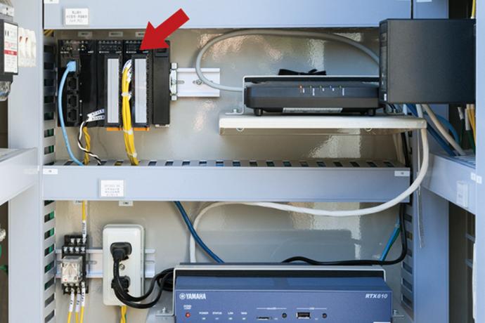 熊山取水口の伝送装置盤内に設置された計装ネットワークモジュールNX。水位監視・雨量観測の情報をWeb経由でデータセンターに送っている。