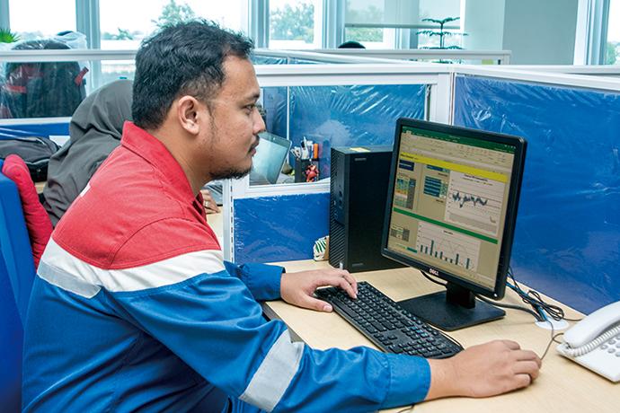 オフィスのパソコンからSORTiAの画面にアクセスし、各ボイラの稼働状況を確認することができる。