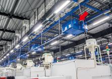A1工場に設置された天井つり下げ型のTRION。工場の4エリアに計72台を導入。マシニングセンタなどから発生し、空気中に浮遊するオイルミストを集塵し、清浄した空気を工場内に循環させている。