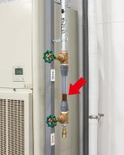 工場壁際に設置されたドレン排出器。TRIONで集塵されたオイルミストはドレン管を通ってここにたまる。