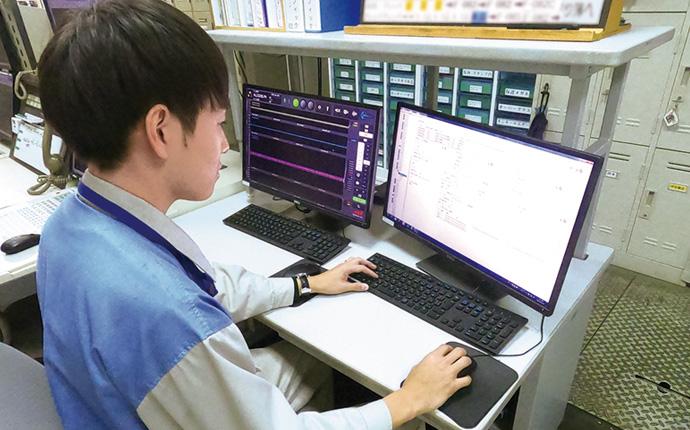 BiG EYESのトレンド監視ビューア(左)とコンフィギュレータ(設定)画面(右)。監視対象に関連するポイントを登録し監視モデルを作成する。他社DCSとオンラインで接続し監視を行う。