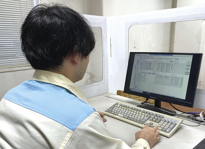 コンフィギュレータ(設定)画面を操作し、監視対象に関連するポイントを登録、監視モデルを作成する。BiG EYESは、他社DCSともオンラインで接続し監視を行うことができる。