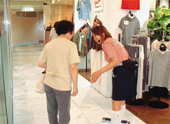 店舗内の清掃ならびにお客さまのご案内を行うマーメイドスタッフ
