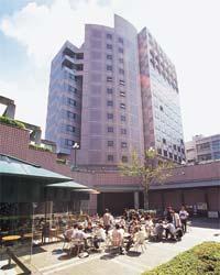立正大学 大崎キャンパスは、東京都心の環状線沿い、山手線五反田駅・大崎駅からほど近い場所に位置し、11棟の学舎を有しています。