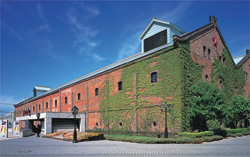 サッポロビール札幌工場旧第一製造所時代の赤レンガを保存。再生したレンガ館は飲食店や土産物屋として活躍