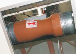 天井内に埋め込まれた風量制御バルブ