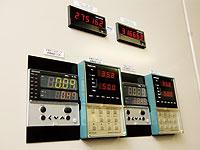 冷温水の温度制御を管理するデジトロニック(20年前に導入)と新たに設置したデジタル指示調節計SDC